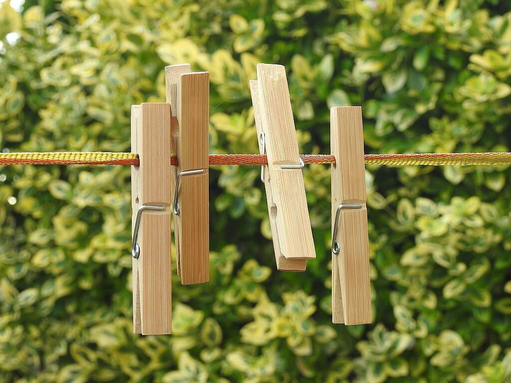Wäsche im Freien trocknen - Maßnahme zum Senken der Luftfeuchtigkeit