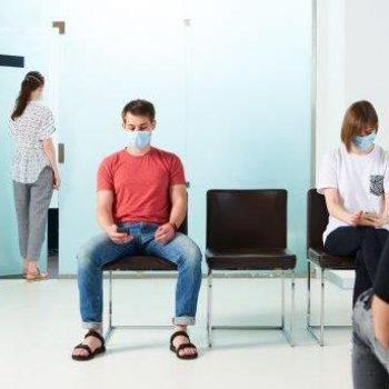 Wartezimmer mit Maske